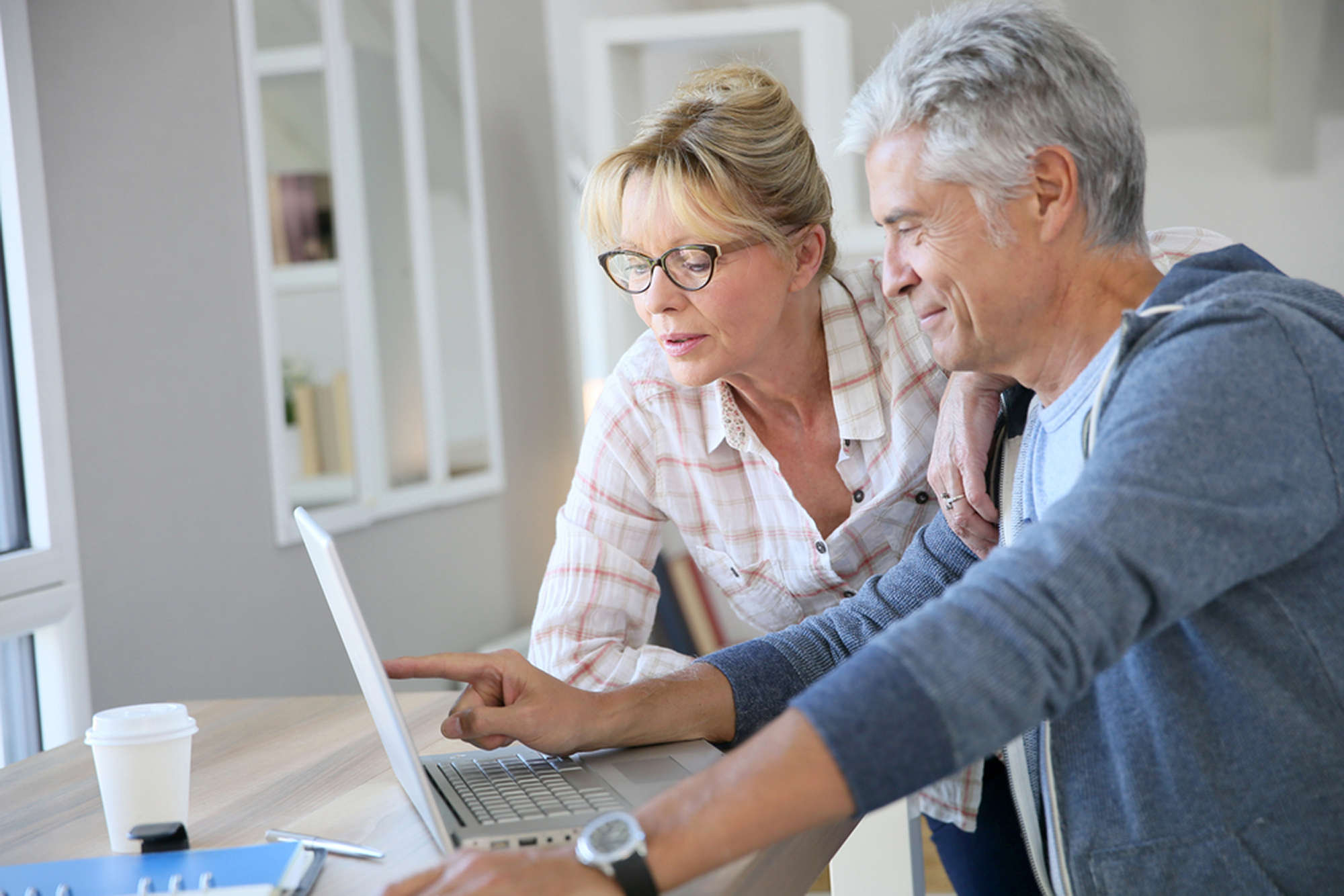 old couple creating free legal will that can also be downloaded and printed on canadwills